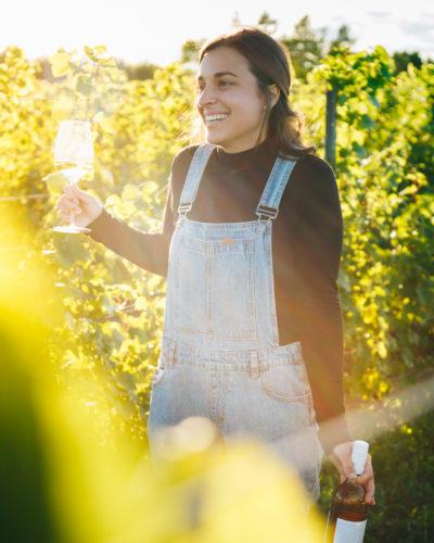 Gabrielle dans les vignes